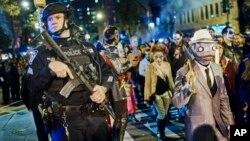 Polisi melakukan pengamanan ketat parade Halloween di Manhattan, New York (31/10).