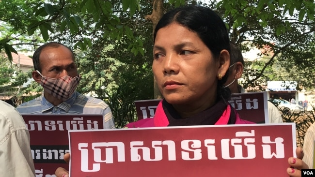 Ung San, 47, a former construction worker at the restoration site Western Mebon temple, joint others to protest for reinstatement in front of the École française d'Extrême-Orient (EFEO), Siem Reap, Cambodia, March 16, 2020. (Hul Reaksmey/VOA Khmer)