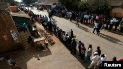 3月4日,肯尼亞舉行總統選舉﹐投票站排起長龍。