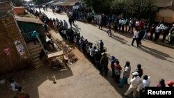 Warga Kenya antri untuk memberikan suaranya di sebuah TPS di daerah kumuh Kibera di Nairobi dalam pemilihan umum nasional Kenya (4/3).