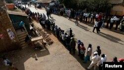 Cử tri Kenya xếp hàng dài chờ bỏ phiếu tại khu ổ chuột Kibera ở Nairobi, ngày 4/3/2013.