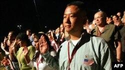 Эмигранты из 17 стран торжественно клянутся на верность США на церемонии получения американского гражданства в городе Гилберт, штат Аризона. 17 сентября 2005 года