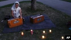 Habitantes de Milwaukee realizaron una vigilia frente al templo donde fueron masacradas varias personas.