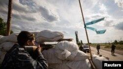 烏克蘭親俄分離主義分子在街上設立檢查站(資料圖片)
