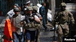 Tentara-tentara pasukan NATO dan International Security Assistance Force (ISAF) tiba di tempat serangan bunuh diri di Kabul (16/5).