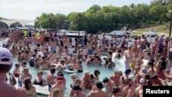Velika grupa ljudi proslavila je Dan sećanja na bazenima u Osejdž Biču u Misuriju. Najmanje jedna osoba među njima imala je Kovid 19.