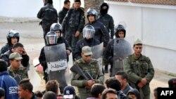 Les forces de sécurité tunisiennes face aux manifestants dans la ville septentrionale de Sejenane, Tunisie, 12 décembre 2017.