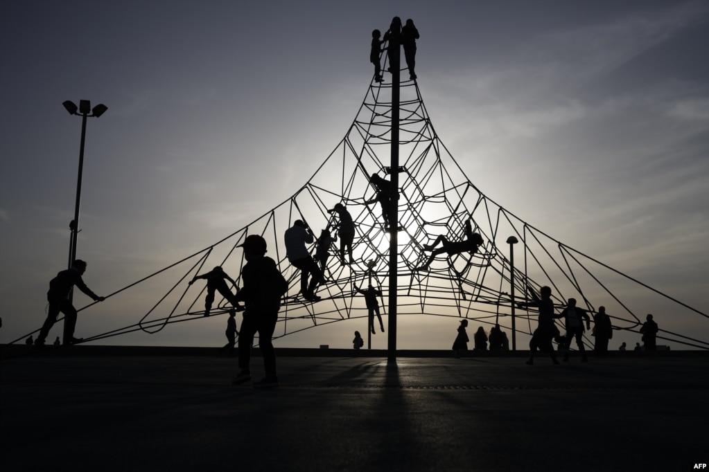 이스라엘 텔아비브의 놀이터에 아이들이 놀고 있다.