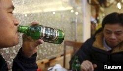 Lạm dụng rượu bia trong những ngày Tết không chỉ dẫn đến nhiều tai nạn giao thông mà cũng là nguyên nhân trực tiếp của nạn đánh nhau.