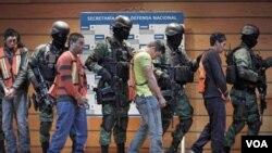 Julian Zapata Espinosa, al centro de la foto, esoltado por soldados de México junto a otros sospechosos.