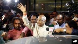 ARSIP – Ram Nath Kovind, tengah, melambaikan tangannya kepada media saat tiba di Bandara New Delhi, India (foto: AP Photo/Tsering Topgyal)