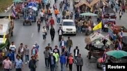Para petani Thailand turun ke jalan di Ayutthaya memprotes pembayaran beras yang tertunda. Demonstrasi di Bangkok oleh para petani ini akhirnya batal setelah pemerintah berjanji membayar tunggakan beras pekan depan.