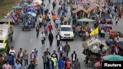 شالیکاران تایلندی شب را با گاری هایشان در بزرگراهی به صبح رساندند و راههای اصلی به پایتخت را بند آوردند - ۲۱ فوریه