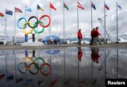 索契冬奥会场地,奥运五环和和各国旗帜及其水面倒影相映成趣