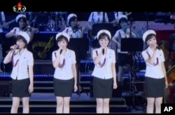 2017年在一次庆祝朝鲜导弹发射成功的演出中,牡丹峰乐团在舞台表演.