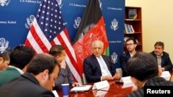 زلمی خلیلزاد په کابلکې د افغان خبریالانو سره په یوه غونډه کې خبرې کوي