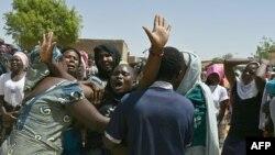 Les personnes en deuil se rassemblent alors qu'elles assistent à une cérémonie funéraire de Synna Garandi, 18 ans, à N'djamena, le 1er mai 2021, après sa mort lors d'une manifestation le 27 avril dans la capitale tchadienne.