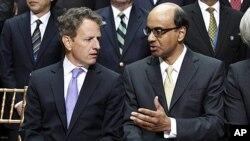 美国财政部长盖特纳(左)9月24日在华盛顿的国际货币基金组织总部参加年会后准备接受拍照