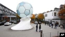 Para awak media menunggu di luar kantor federasi sepakbola Jerman di kota Frankfurt, Selasa (3/11).