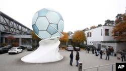 记者们等候在德国足球联盟的总部外面(2015年11月3日)