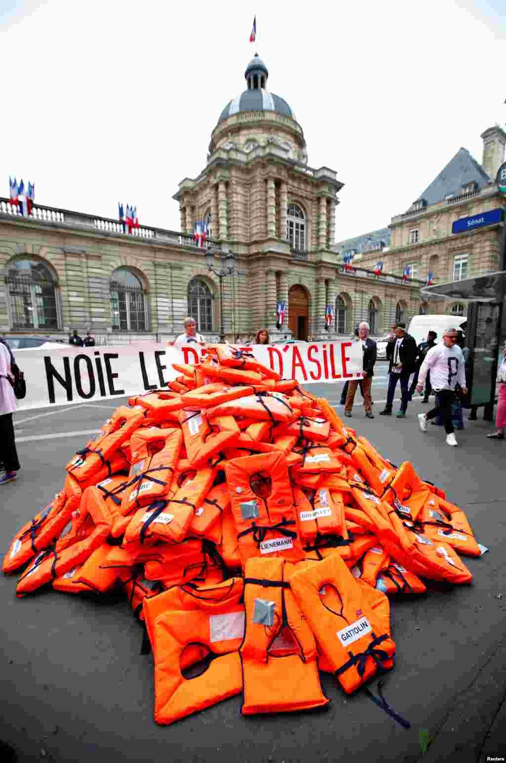 فعالان حقوق پناهجويان در فرانسه با چيدن انبوهى از جليقه هاى نجات كشتى در مقابل مجلس نمايندگان به لايحه جديد مهاجرتى اعتراض كردند.