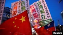 支持两岸统一与支持台湾独立的民众在台北的一个集会上对峙。(资料照片,2016年5月14日)