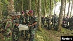 ທະຫານມາຣີນອິນໂດເນເຊຍ ພວມສຶກສາເບິ່ງແຜນທີ່ ບ່ອນທີ່ເຮືອບິນຕົກ ໃນເຂດປ່າສະຫງວນ Halimun ໃກ້ໆເມືອງ Bogor (10 ພຶດສະພາ 2012)