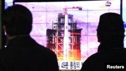 韩国民众2012年12月12日在首尔车站观看电视屏幕上有关朝鲜发射火箭的报道