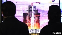 South Koreans watch a TV news reporting launch of the Unha rocket from Tongchang-ri, North Korea, at Seoul Railway Station in Seoul, South Korea, December 12, 2012.