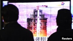 Јужнокорејци во Сеул следат ТВ-извештај за лансирањето на ракета од Северна Кореја.