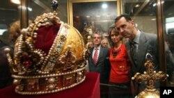 Tổng thống Syria Assad ngắm vương miện của Hoàng Đế Rudolf II, trong cung điện Holfburg, ở Vienne