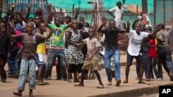 乌干达主要反对党领导人贝西耶的支持者在堪培拉他的政党总部附近与军警对峙。 (2016年2月19日)