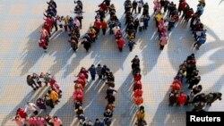 """Siswa-siswi SMP di wilayah Ma'anshan, provinsi Anhui, China membentuk formasi barisan bertuliskan """"Happy 2014"""" untuk menyambut datangnya tahun baru (30/12)."""