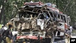 8일 파키스탄 북서부 버스 폭탄 테러 현장.