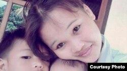 """Megawati, korban perkawinan anak di Lombok Timur, NTB, dengan kedua putranya. Megawati kini ikut membantu """"Sekolah Perempuan"""". (Foto: courtesy: Megawati)"""