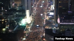 3일 오후 박근혜 대통령 퇴진을 요구하는 6차 주말 촛불집회에 참가한 시민들이 서울 광화문광장을 가득 메운 채 촛불을 들고서 구호를 외치고 있다.