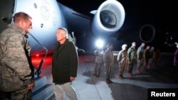 美國國防部長哈格爾星期五在吉爾吉斯斯坦馬納斯空軍基地準備登上一架C-17軍用飛機﹐前往阿富汗訪問。