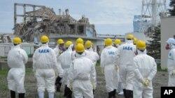 ຄະນະກວດກາພະລັງປະລະມະນູສາກົນ ທໍາການສໍາຫລວດເບິ່ງ ເຕົາແຍກນີວເຄລຍໜ່ວຍທີ 3 ທີ່ໂຮງໄຟຟ້າ ນີວເຄລຍ Fukushima Daiichi ວັນທີ 1 ກໍລະກົດ 2011