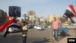 Street vendors salll Egyptian flags on Sinai day in Cairo, April 25, 2016. (VOA Photo/Hamada Elrasam)