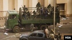 Tentara Mali menguasai stasiun TV di Bamako pasca kudeta (22/3).