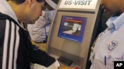Un passager scanne son empreinte digitale sur une machine à l'aéroport international Hartsfield-Jackson d'Atlanta le 31 mars 2015.(AP Photo/Gregory Smith)