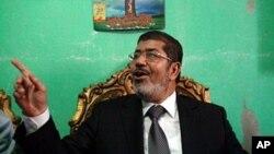 ທ່ານ Mohamed Morsi, ຜູ້ແຂ່ງຂັນປະທານາທິບໍດີ ສັງກັດພັກພາລາດອນພາບ ມຸສລິມ ອີຈີບ. ວັນທີ 18 ມິຖຸນາ 2012