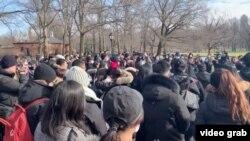"""近300人2月9日(星期天)在中央公園舉行了海外首個悼念死於新冠病毒的""""吹哨人""""李文亮醫生追悼會。"""