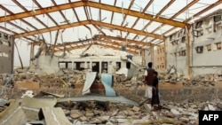 یمن میں ہیضے کے علاج کے مرکز پر سعودی قیادت کے طیاروں کی بمباری کے بعد تباہی کا منظر۔ 11 جون 2018