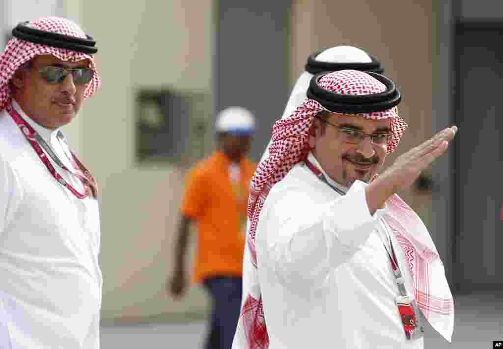 El príncipe heredero de la corona bahreiní, Sheik Salman bin Hamad Al Khalifa, saluda al público durante el circuito internacional en Sakhir, Bahréin.
