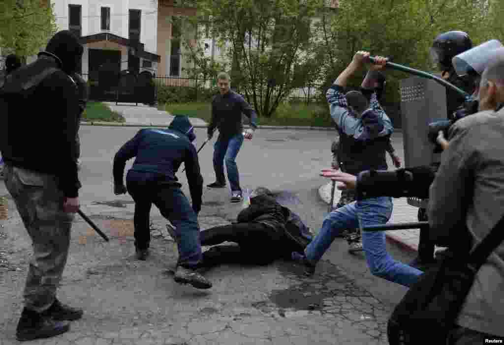 یوکرین کے مشرقی علاقوں میں روس نواز اور یوکرین کے حامیوں کے درمیان مظاہروں کے دوران جھڑپیں ہوئیں۔