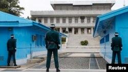 지난 4월 판문점 남측지역에서 경계 중인 한국군. 한국 정부는 9일 북한에 판문점 평화의 집에서 남북 장관급 회담을 위한 실무접촉을 갖자고 제안했다.