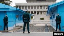 Tentara Korea Selatan siaga sambil memandang ke arah wilayah perbatasan Korea Utara (foto: ilustrasi).