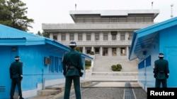 지난 4월 판문점 남측 지역에서 한국군 헌병들이 경계근무를 서고 있다.