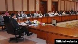 وزیر اعظم راجہ پرویز اشرف کابینہ کے اجلاس کی صدارت کرتے ہوئے۔